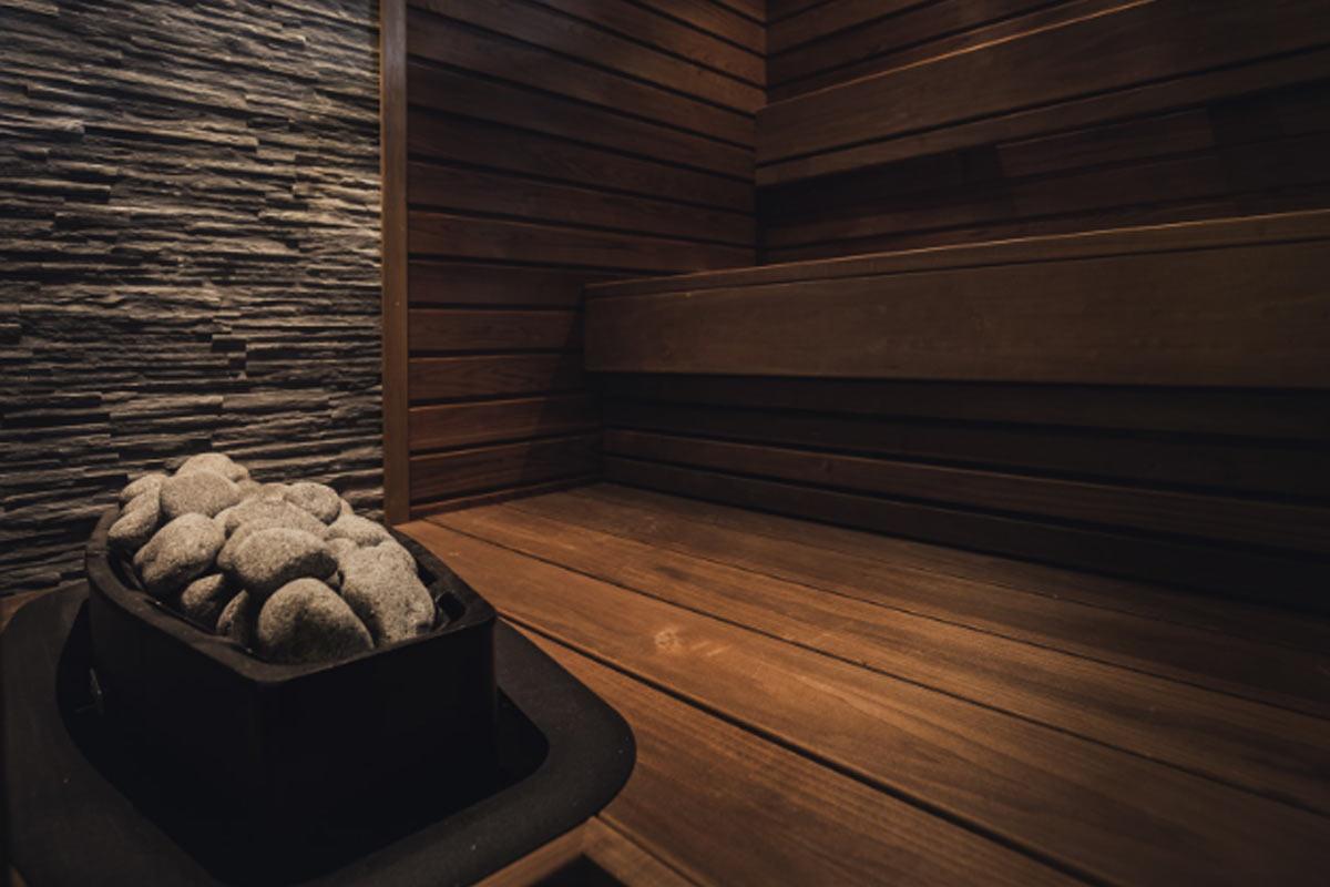 Lämpökäsitelty tervaleppä on kaunis, tumma, kestävä valinta saunaan.