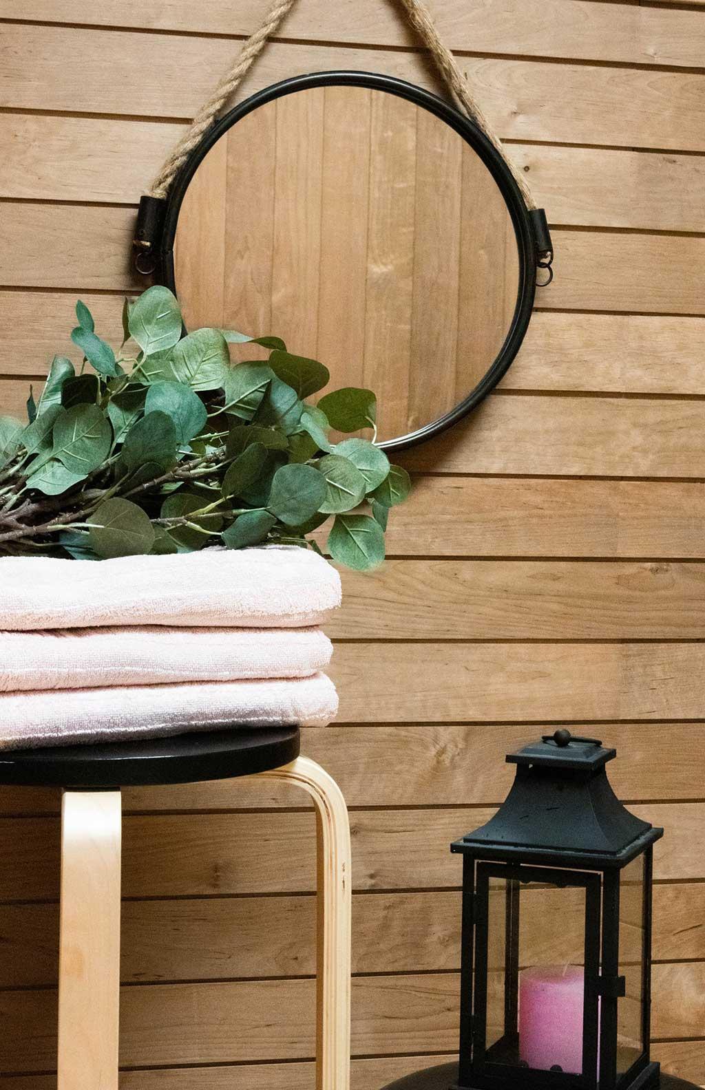 Oksaton, pihkaton paneeli sopii seinämateriaaliksi. Sen voi myös käsitellä tai maalata.