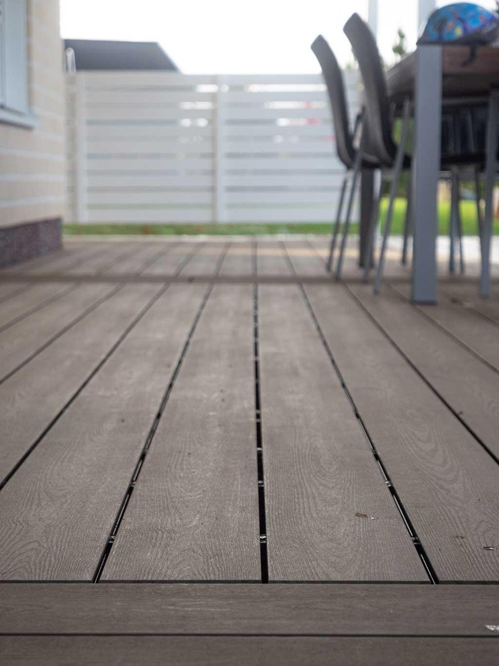 Komposiittilauta on kaunis ja kestävä materiaali terassilaudaksi. Jotta se pysyy siistinä, on pinnat puhdistettava säännöllisesti.